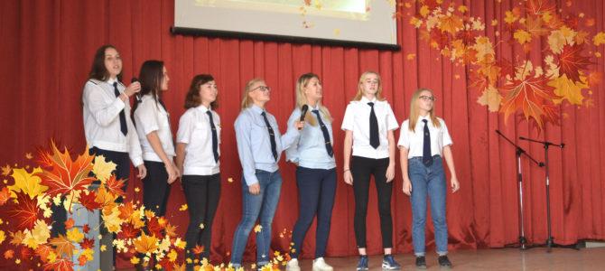 В ГАПОУ ВТЖТиК прошел праздничный концерт, посвященный осенним праздникам.